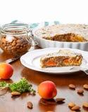 Crustless aprikosfrangipane som är syrlig med mandlar och aromatisk lemo Royaltyfri Fotografi