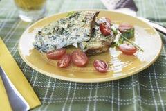 Crustless Mangoldgemüse-Quiche gedient mit Tomaten Stockfotos