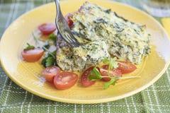Crustless Mangoldgemüse-Quiche gedient mit Tomaten Stockfoto