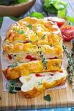 Crustless Quiche mit Gemüse und Kräutern Stockfotos