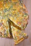 Crustless Spinatsquiche auf einem hölzernen Brett lizenzfreies stockbild