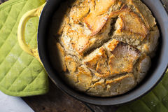 Crusy gebackenes Brot des rustikalen Handwerkers Stockfotos