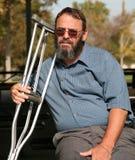 crutches удерживание джентльмена более старое Стоковая Фотография RF
