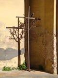 A cruz, a árvore e o corvo imagem de stock royalty free