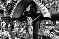 Cruz abandonada en el cementerio fotografía de archivo