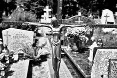 Cruz abandonada en el cementerio fotos de archivo