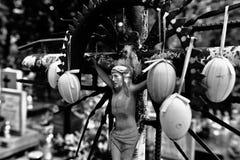 Cruz abandonada en el cementerio Mirada art?stica en blanco y negro fotos de archivo