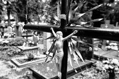 Cruz abandonada en el cementerio Mirada art?stica en blanco y negro imagenes de archivo