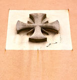 cruz abstracta en un gallarate Varese del crenna de la iglesia Fotos de archivo libres de regalías