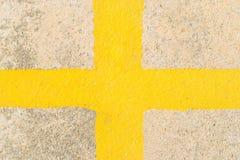 Cruz amarela na estrada Fotos de Stock
