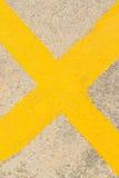 Cruz amarela na estrada Imagens de Stock Royalty Free