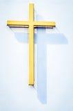 Cruz amarilla religiosa con la sombra Foto de archivo