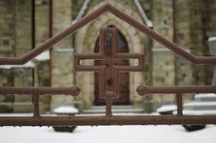 Cruz antes da igreja Fotos de Stock Royalty Free