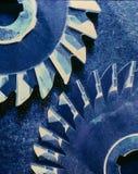 Cruz azul de los engranajes procesada Foto de archivo