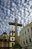 Cruz bajo el cielo Foto de archivo libre de regalías
