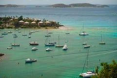 Cruz Bay, St John, United States Virgin Islands com muito os veleiros fotografia de stock royalty free