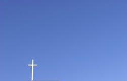 Cruz blanca, cielo azul Imagen de archivo libre de regalías
