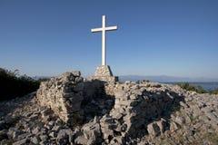 Cruz blanca en el cielo azul Fotografía de archivo