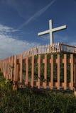 Cruz blanca en la colina Imagen de archivo libre de regalías