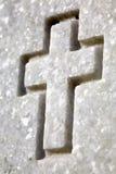Cruz blanca en la lápida mortuoria Fotos de archivo