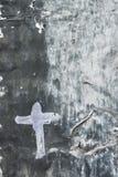 Cruz blanca en un fondo gris Fotografía de archivo