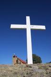 Cruz blanca grande con la iglesia Fotos de archivo libres de regalías