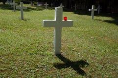 Cruz branca com vela vermelha fotografia de stock