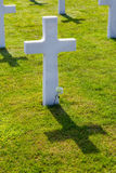 Cruz branca do cemitério e do memorial americanos de Normandy da segunda guerra mundial imagens de stock