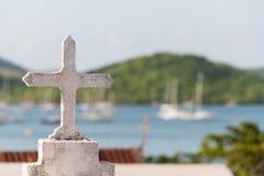 Cruz branca em um cemitério Imagens de Stock