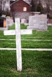 Cruz branca em um cemitério velho Fotos de Stock Royalty Free
