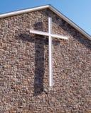 Cruz branca no edifício de igreja de pedra Fotos de Stock Royalty Free