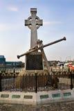Cruz céltica de los marineros irlandeses en Howth Foto de archivo