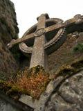 Cruz céltica en el cementerio en Irlanda Fotos de archivo libres de regalías