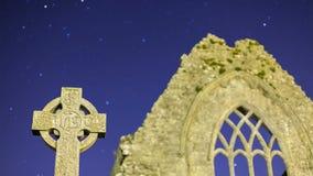 Cruz céltica en la noche detalle almacen de video