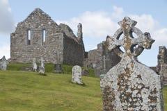 Cruz céltica resistida en el sitio monástico de Clonmacnoise fotos de archivo libres de regalías