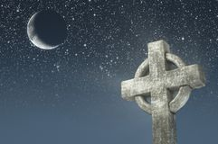Cruz céltica y luna en fondo del cielo nocturno Elementos de esta imagen equipados por la NASA Foto de archivo libre de regalías