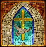 Cruz católica hispánica de la paloma del vidrio manchado de la vendimia Fotos de archivo
