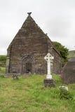 Cruz celta e ruína de uma igreja, Irlanda Fotos de Stock Royalty Free