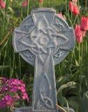Cruz celta entre tulipas Imagem de Stock