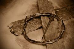 Cruz, clavo y corona del Jesucristo de espinas Fotos de archivo
