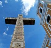 Cruz colonial amarela da igreja e do cimento que olha acima imagem de stock