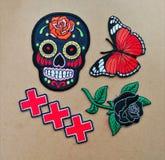 cruz color de rosa xxx de la mariposa del cráneo del azúcar de la etiqueta engomada imagenes de archivo