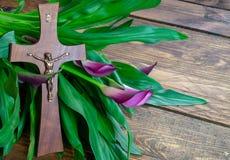 Cruz com jesus christ em um fundo de madeira com um calla roxo - easter religioso emprestou o conceito fotografia de stock royalty free