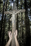 Cruz com Jesus com mãos fotografia de stock royalty free