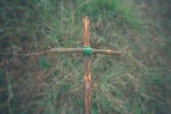 A cruz com natureza na floresta no monte é o Blackground fotos de stock royalty free