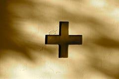 Cruz como detalle arquitectónico en una pared imagenes de archivo