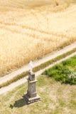 Cruz con el campo de grano Fotos de archivo