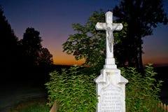 Cruz con Jesús en la puesta del sol imagenes de archivo