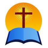 Cruz con la biblia Fotos de archivo