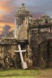 Cruz con la fortaleza antigua Imagen de archivo libre de regalías